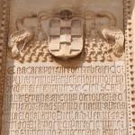Lápida con escudo cardenalicio